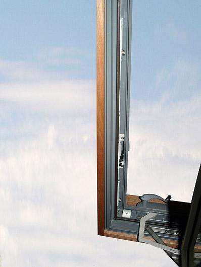 система открывания окна наружу